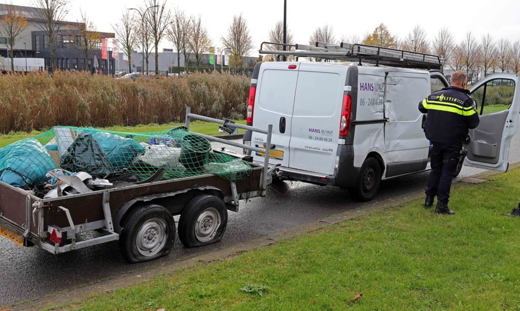 Vrachtwagen botst tegen bestelbus aan de Van Harenstraat Waalwijk.
