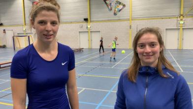 De buurtsportcoaches (links op de foto: Elke, rechts: Michelle) dagen jongeren uit voor de Crazy Challenges.