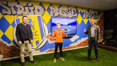 Winnaar Daan van Oosterhout ontvangt de wisseltrofee van John van den Hoven.