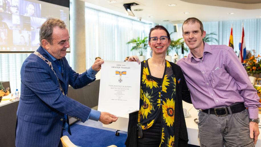 Lucy Meijer-Bos ontvangt haar onderscheiding