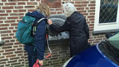 De eerste proefwandeling waarbij gids Annelies Heusden laat 'zien' aan een minderziende bezoeker.