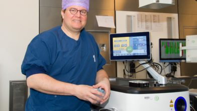 Uroloog Michael Kortleve naast het laserapparaat