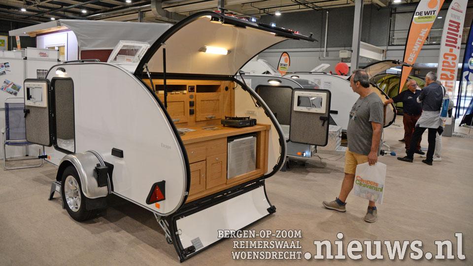 Een kleine caravan met buitenkeuken op de Kampeer en Caravanbeurs 2018