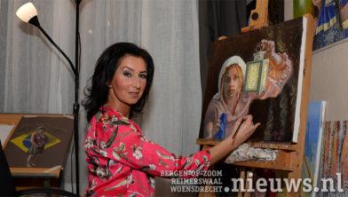 Suzana aan het werk in haar atelier