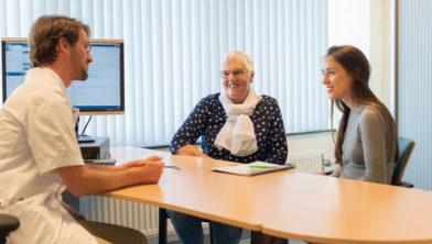 Reumatoloog Jos Hoes met MedGezel Mirte Bloeme en mevrouw Vermaas-Hoek