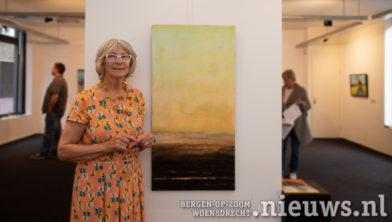 Antoinetta Reesink bij haar schilderij 'Rust'