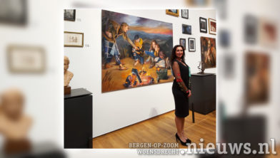 Suzana bij een van haar schilderijen