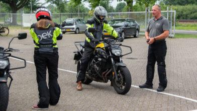 Eén van de eerste motorrijlessen die ik volg bij Dek. Rechts op de foto instructeur Gerard.