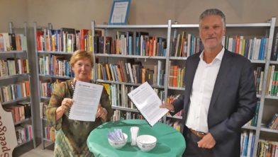 Ingrid van Huijkelom (SDW) en Pascal de Klerk (Kringloper) tekenen de samenwerkingsovereenkomst.