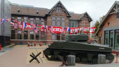 Tank op het schoolplein van 't Rijks