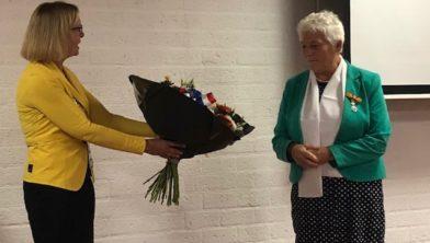Burgemeester Van Beek (links) feliciteert Van der Aa met haar onderscheiding
