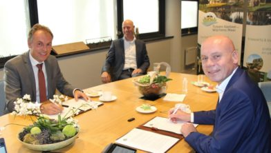 Wethouder Gerrits (links) en directeur Ter Steege (rechts) ondertekenen de overeenkomst.