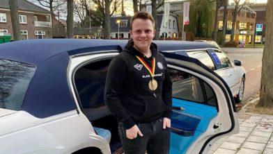 Stijn van Hemert kwam  samen met zijn ouders en zus in een limousine aan bij het Huis van de gemeente.