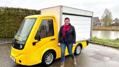 Yvette Akkermans van Centrum Management Wijchen bij de bezorgauto