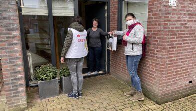 Op de foto v.l.n.r. Rianne (vrijwillige bezorger), Miranda Teerhuis en Yvette Akkermans (centrummanager)