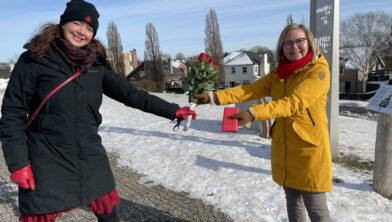 Kandidaat Tweede Kamer-lid Charlotte Brand (l) geeft rozen aan burgemeester Marijke van Beek.