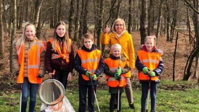 Burgemeester Van Beek en een aantal 'opruimers'