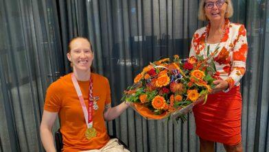 Ilse Arts krijgt de felicitaties en bloemen van burgemeester Marijke van Beek
