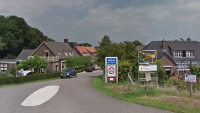 De Dorpsstraat in Niftrik met rechts het perceel op nummer 2