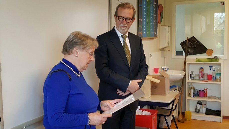 Boekje wordt door mevrouw Anneke Wallage aan burgemeester Rinus Michels aangeboden