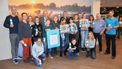 Het Eco-team van Terra Winsum, wethouder Blok en Eco-schools vertegenwoordiger Arjan Lucius