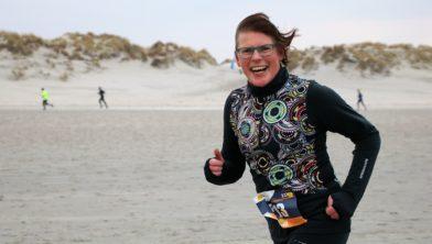 Tini Visker op het strand van Ameland