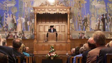 Een plechtigheid in de aula van de RUG.