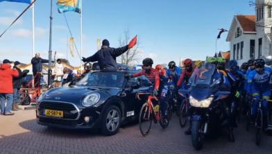 2018, de start op het Johan van Veenplein in Uithuizermeeden