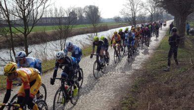 De coureurs stoempend op de kasseienstrook van Zuidwolde.