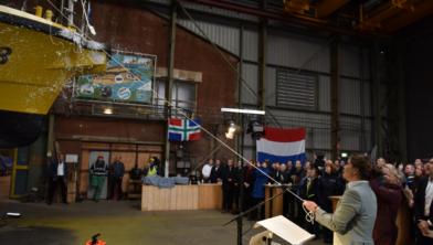 Gedeputeerde Fleur Gräper-van Koolwijk doopt het nieuwe inspectieschip PW18