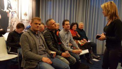 De insprekers Jasper van den Berg (l.), Jacob Kuil en Ton van den Heuvel krijgen de laatste instructies.