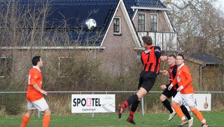 Mark van Zanten probeert koppend te scoren