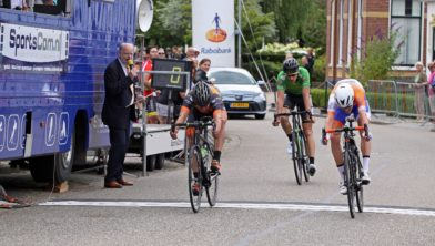 Huub Deelstra met witte helm wint nipt de sprint.
