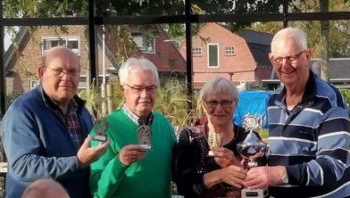V.l.n.r. Jan van Vessem, Leo Bosch, kampioen Hillie Broekhuizen en wedstrijdleider Ite Wiersema