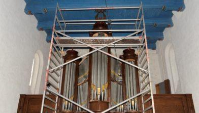 Het orgel staat nog in de steigers in de kerk van Oldenzijl.