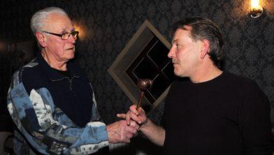 Aftredend voorzitter Hans Wolzak geeft de hamer over