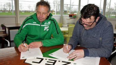 Trainer Bert van der Meer en voorzitter Bert Ozinga ondertekenen het contract