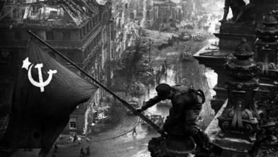 Een soldaat hijst de Sovjetvlag op de Berlijnse Reichstag