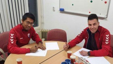 Trainer Marco Pesiwarissa en voorzitter Bart Rogaar ondertekenen het contract