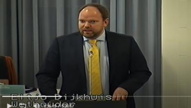 Wethouder Dijkhuis verdedigt de begroting.