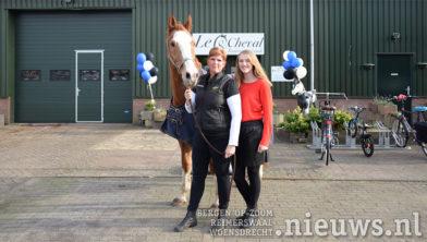 Mariska en Miquela met hun paard Lucky voor het nieuwe pand