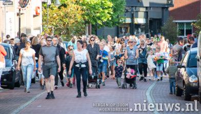 De wandelaars komen de Raadhuisstraat door
