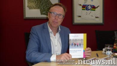 Wethouder Lars van der Beek met het boekje van 2018