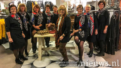 De dames met hun nieuwe  jurk en sjaal, samen met Els van Ravels van Lots of Fashion.