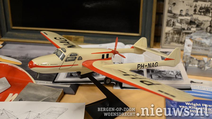 Lezing 100 Jaar luchtvaart en boekpresentatie Fokker F25 in raadszaal Hoogerheide