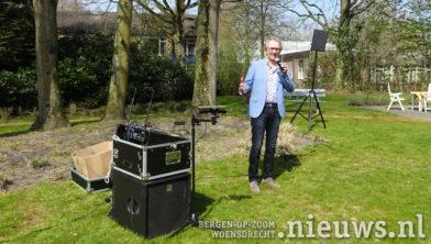 Ron van Hoof in de tuin van Margaretha Woonhof in Huijbergen