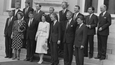 Het kabinet-Lubbers II, met Neelie Kroes, bij Paleis Noordeinde in 1986.