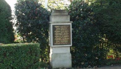 Het originele monument aan de Provincialeweg.
