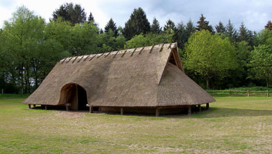 Reconstructie van een boerderij uit de ijzertijd bij het Wekeromse Zand in Gelderland.