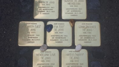 De stenen voor de familie De Jong in de Goudastraat in Wormerveer.